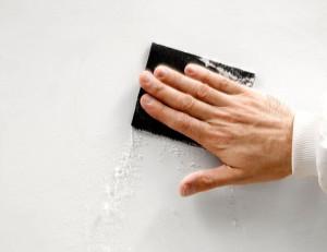 Una vez seco el Aguaplast Pro 6 Horas, lijamos las rebabas e imperfecciones