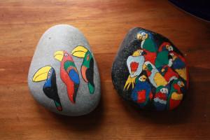Piedras pintadas loro